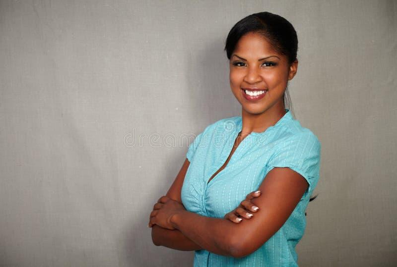 Senhora africana bonita que sorri na câmera foto de stock royalty free
