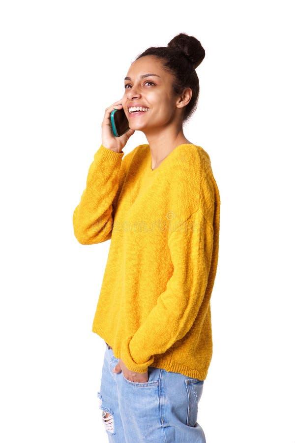 Senhora africana nova relaxado que fala no telefone celular foto de stock