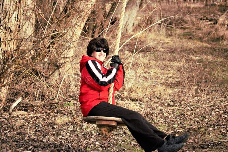 Senhora agradável em um balanço do país em um dia frio em Idaho foto de stock