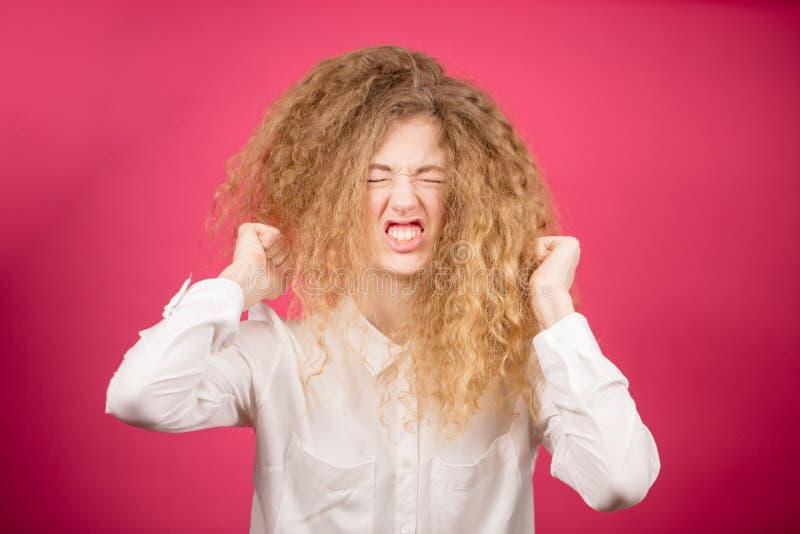 A senhora agressiva com cabelo longo encaracolado fez o penteado louco foto de stock royalty free
