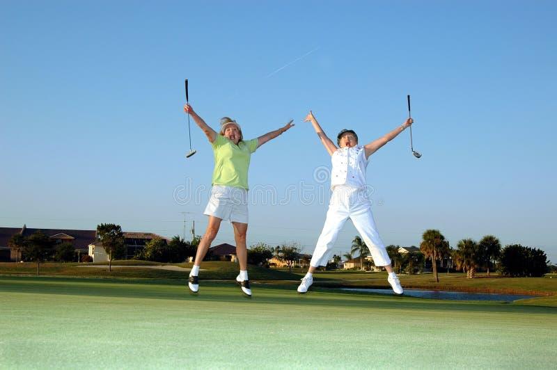 Senhora alegre jogadores de golfe imagens de stock