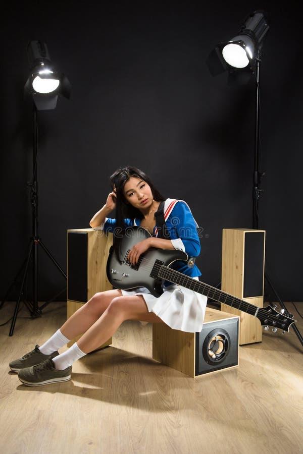 Senhora asiática da estrela do rock no estúdio fotos de stock royalty free