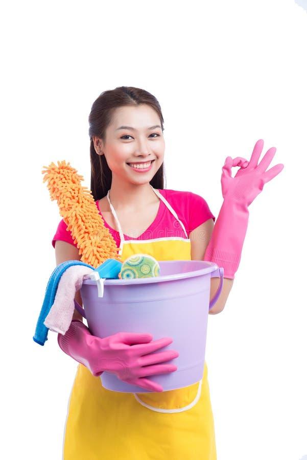 Senhora asiática de sorriso da limpeza nova com showin de borracha cor-de-rosa das luvas fotografia de stock