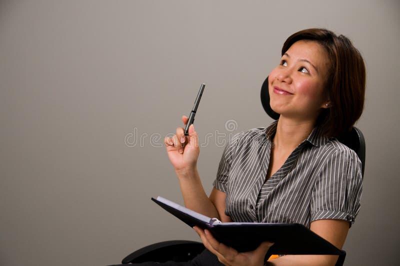 Senhora asiática no vestuário do negócio, começ uma idéia fotos de stock