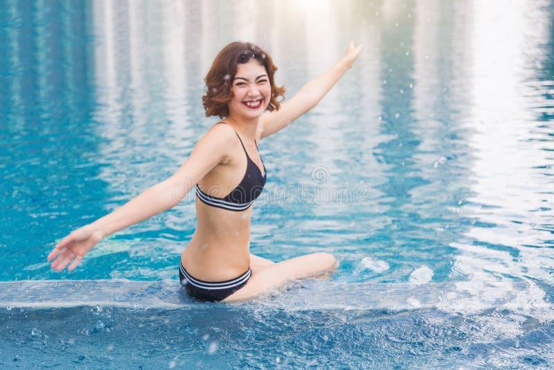 Senhora asiática 'sexy' na associação de água da postagem da série da natação fotos de stock