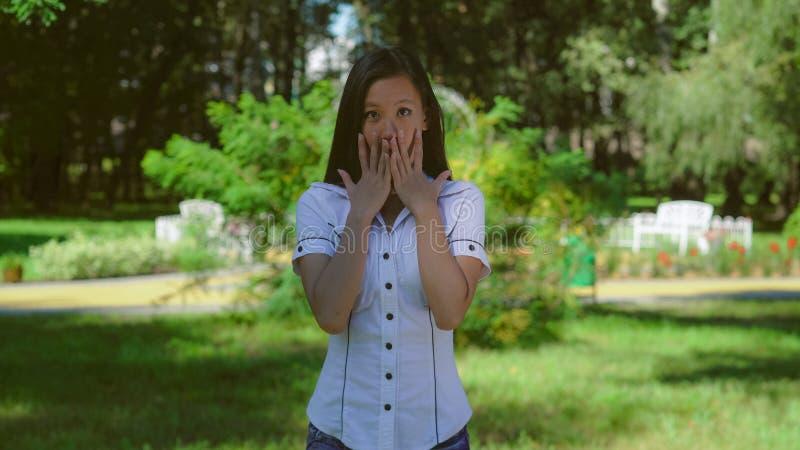 Senhora assustado que mostra a emoção no ar livre foto de stock royalty free