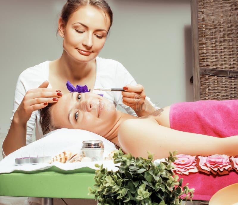 Senhora atrativa da foto conservada em estoque que obtém o tratamento no salão de beleza, cuidado de sorriso dos termas do doutor foto de stock