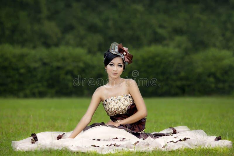 Senhora atrativa no vestido formal no parque fotografia de stock