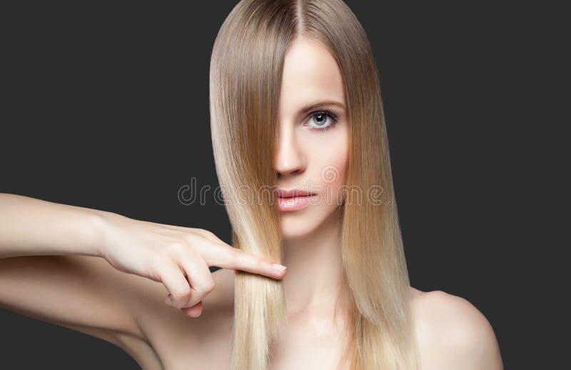 Senhora bonita com cabelo reto foto de stock