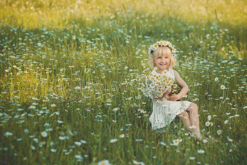 Senhora bonita com a filha bonito no campo da camomila imagens de stock royalty free