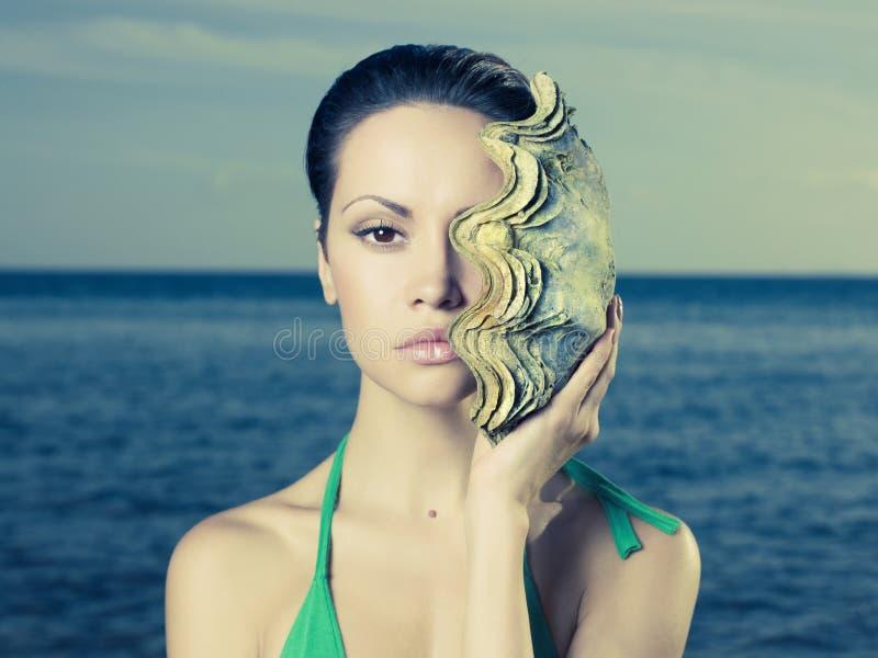 Senhora bonita com grande escudo do mar fotos de stock