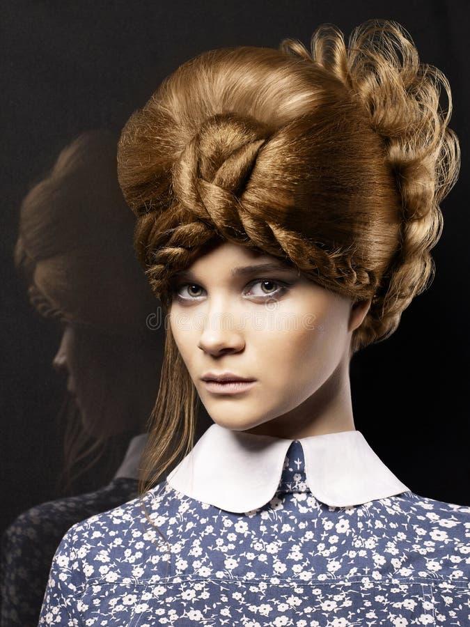 Senhora bonita com penteado da forma imagens de stock royalty free