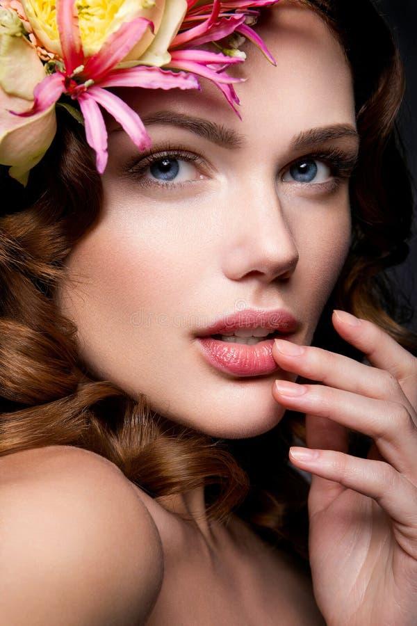 Senhora bonita com uma grinalda das flores imagens de stock