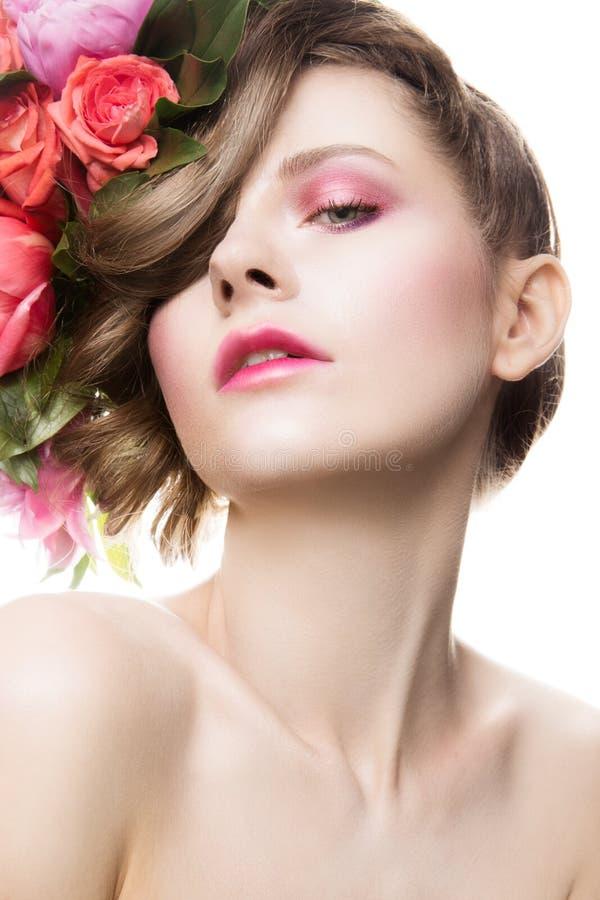 Senhora bonita com uma grinalda das flores foto de stock royalty free