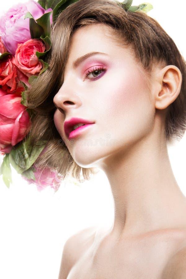 Senhora bonita com uma grinalda das flores foto de stock