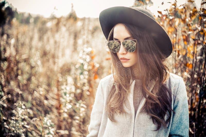 Senhora bonita da forma na paisagem do outono fotografia de stock royalty free