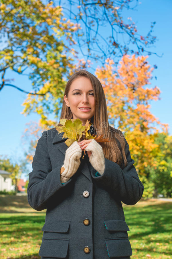 Senhora bonita em Autumn Fashion Holding Dry Leaves foto de stock