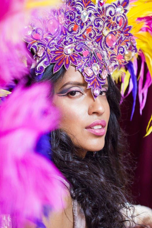 Senhora bonita em cores poderosas fotos de stock