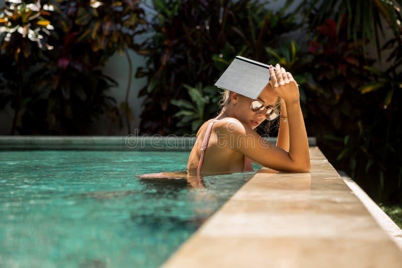 Senhora bonita em férias de verão fotos de stock