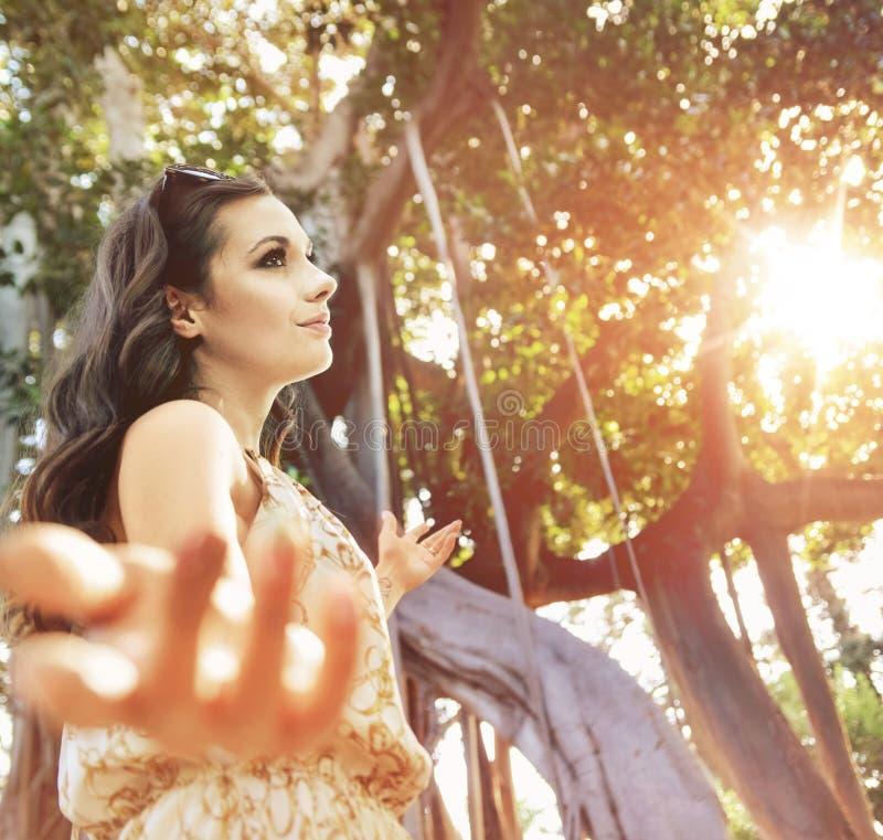 Senhora bonita na floresta úmida fotos de stock royalty free