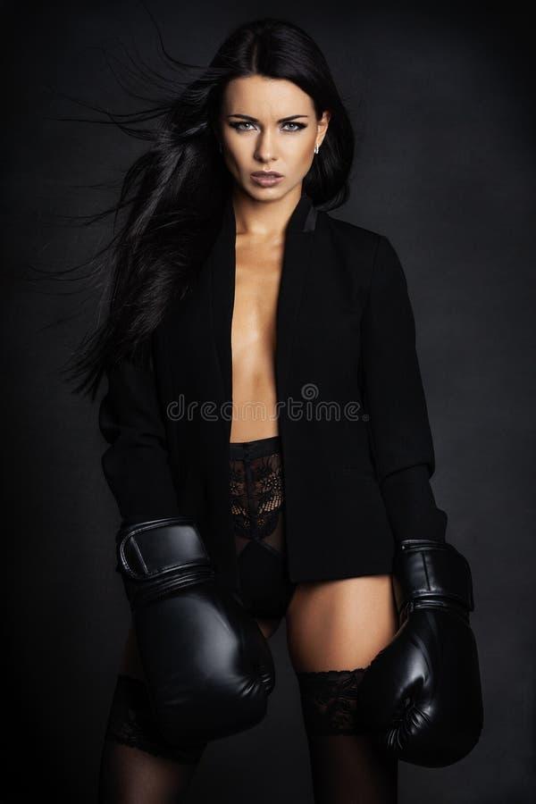 Senhora bonita nas luvas do pugilista que levantam na roupa interior imagem de stock