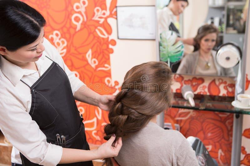 Senhora bonita no bar do cabeleireiro fotos de stock