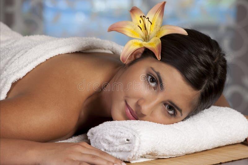 Senhora bonita no salão de beleza dos termas imagens de stock royalty free