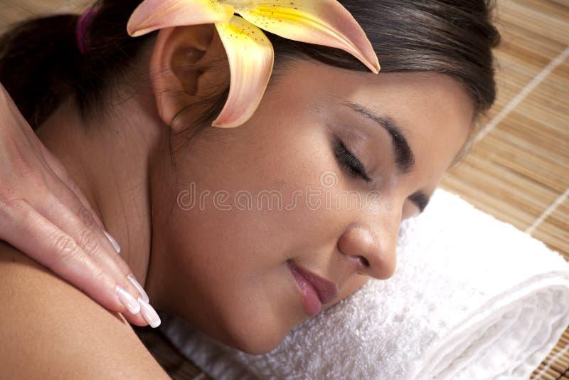 Senhora bonita no salão de beleza dos termas fotos de stock