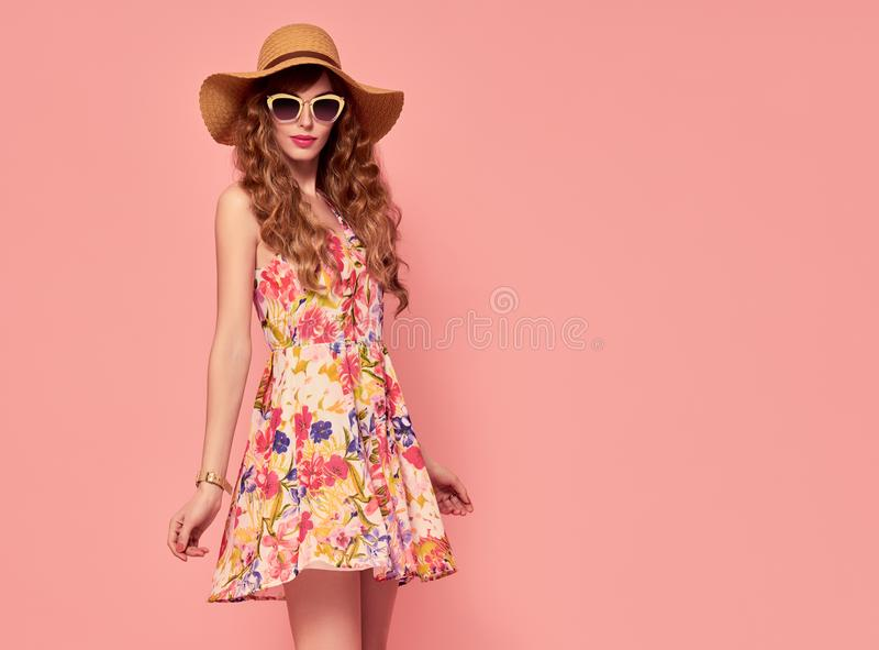 Senhora bonita no vestido floral vintage hairstyle foto de stock