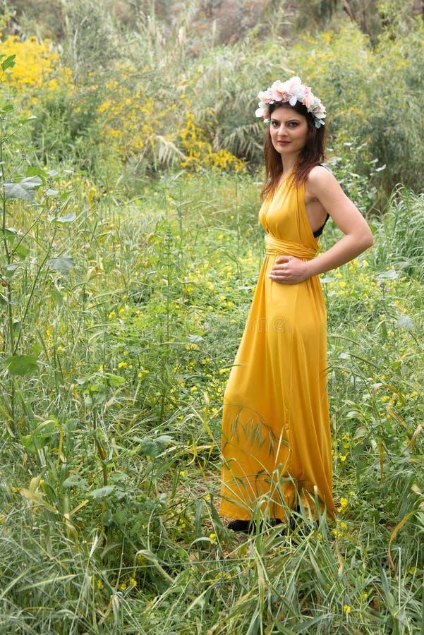 Senhora bonita nova atrativa nos campos verdes imagem de stock