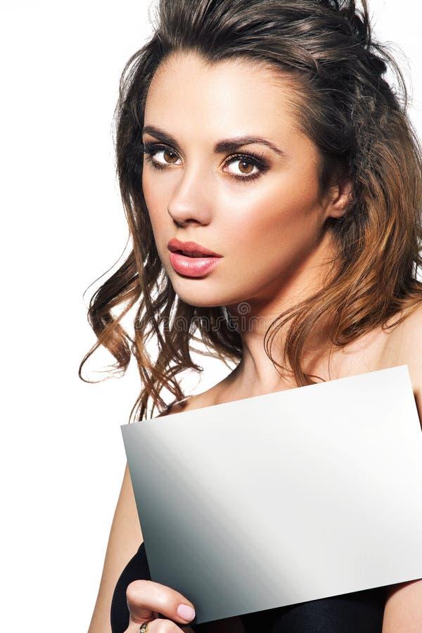 Jovem senhora com painel branco imagem de stock