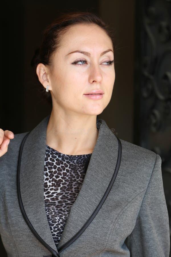 Senhora bonita que espera na porta imagens de stock royalty free
