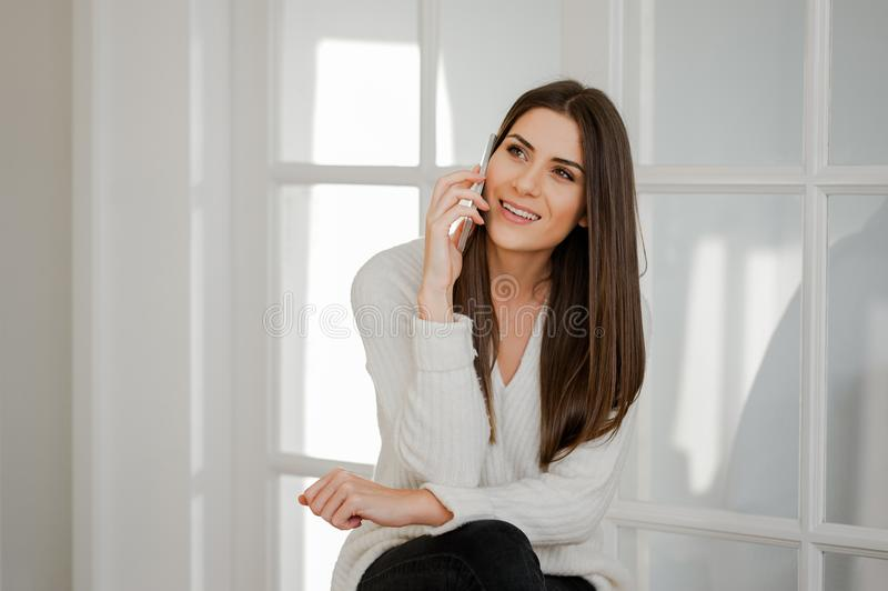 Senhora bonita que fala no telefone celular fotos de stock royalty free