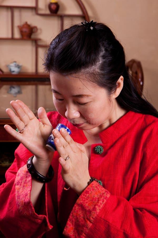 Senhora chinesa do chá, lendo as folhas fotos de stock