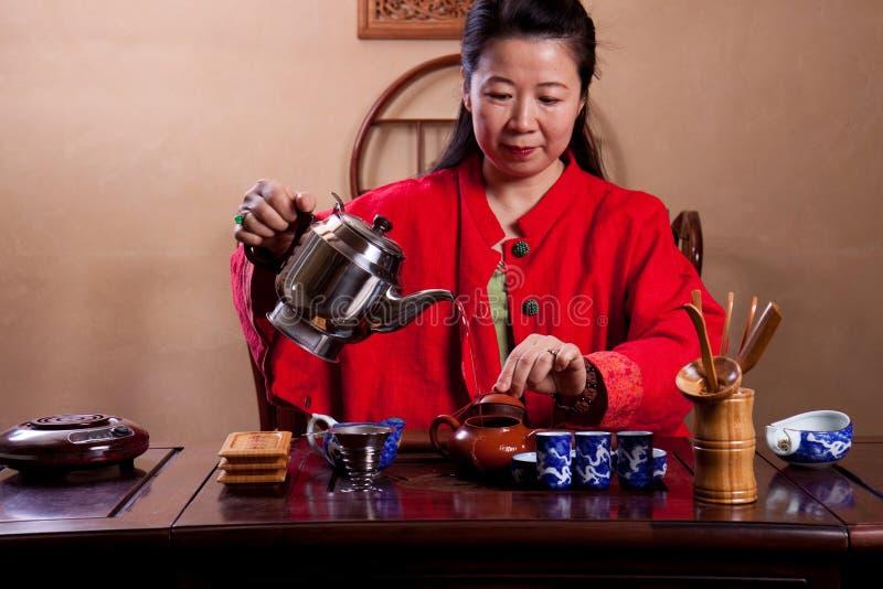 Senhora chinesa do chá, vestida tradicional fotos de stock royalty free