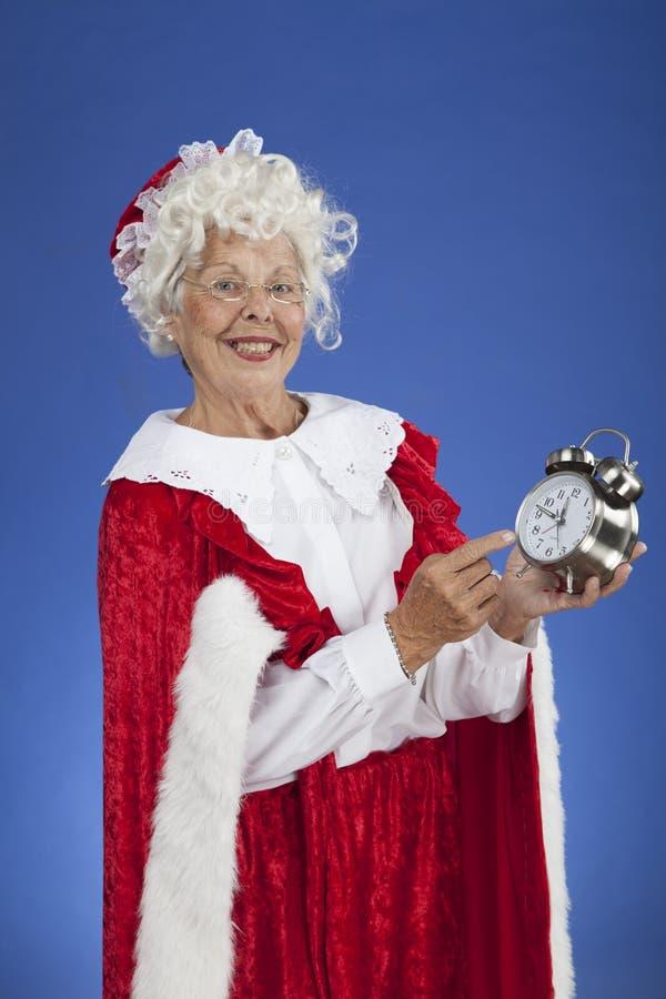 Senhora Claus que aponta no pulso de disparo foto de stock royalty free
