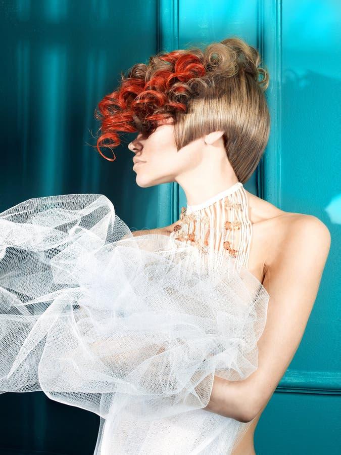 Senhora com cabelo branco-vermelho fotos de stock