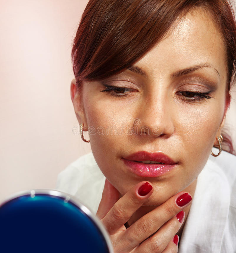 Senhora com espelho compacto imagem de stock