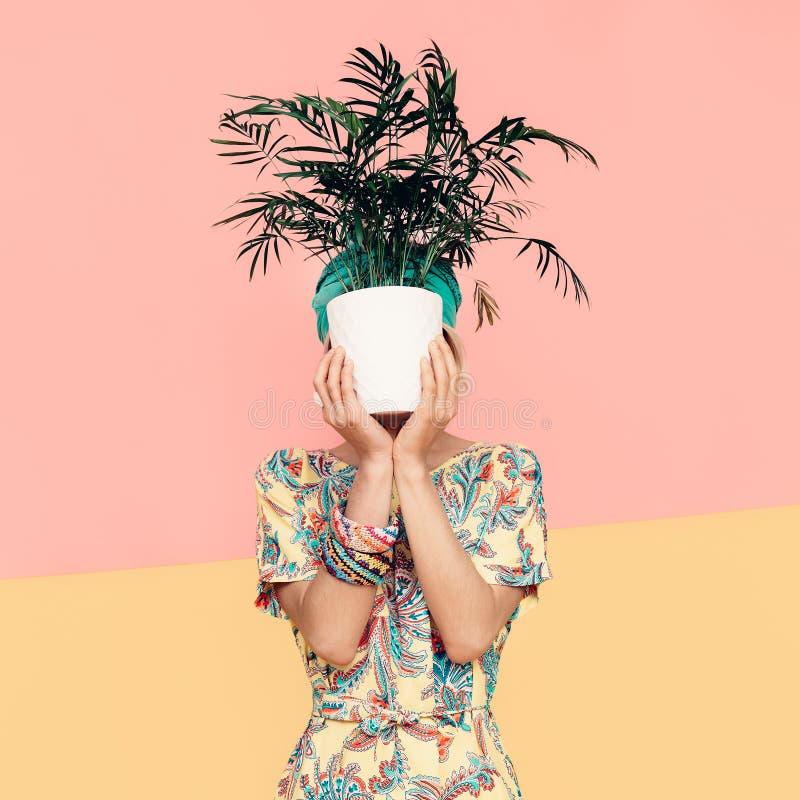 Senhora com a flor no vestido na moda do verão Cuc do turco do estilo da praia imagens de stock