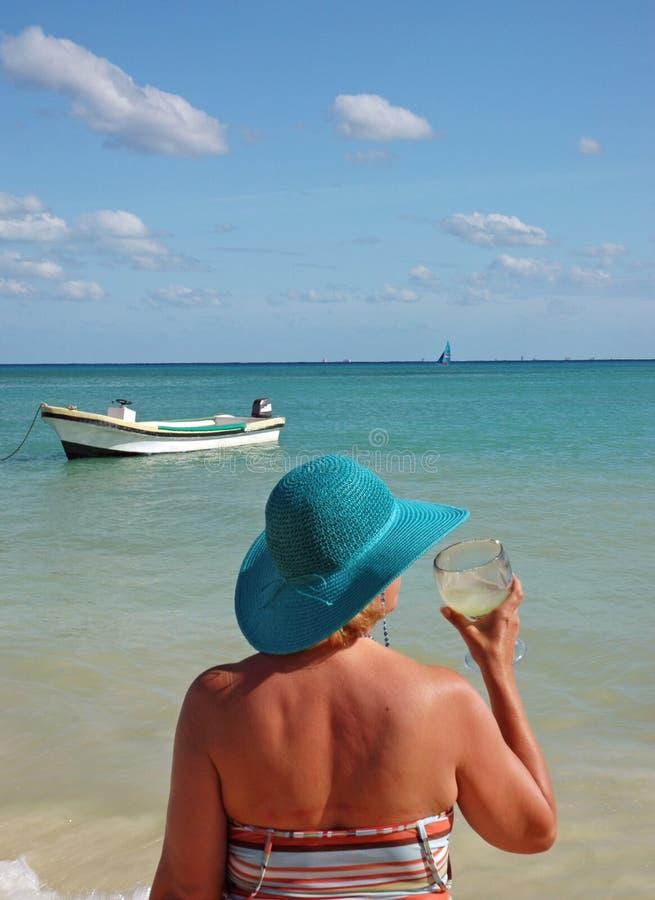 Download Senhora Com A Margarita Na Praia Foto de Stock - Imagem de lazer, povos: 527388