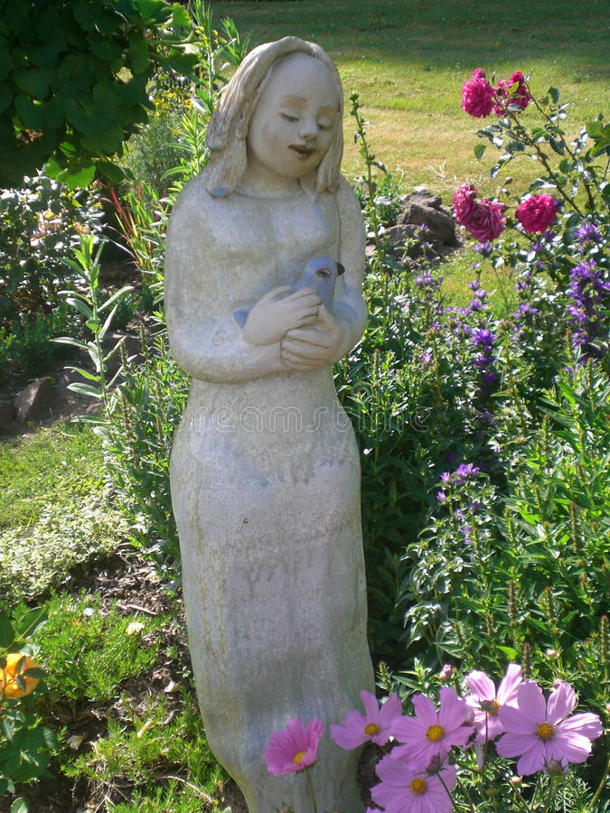 Senhora com o pássaro no jardim foto de stock