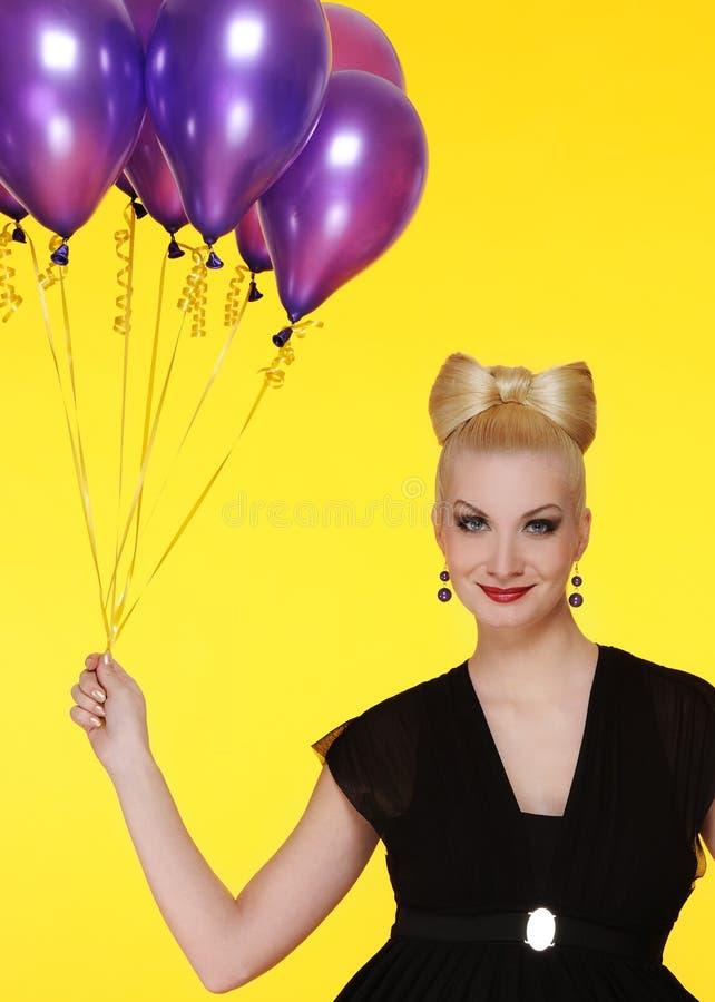 senhora com um grupo de balões roxos imagens de stock
