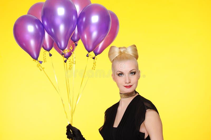 senhora com um grupo de balões roxos fotos de stock royalty free