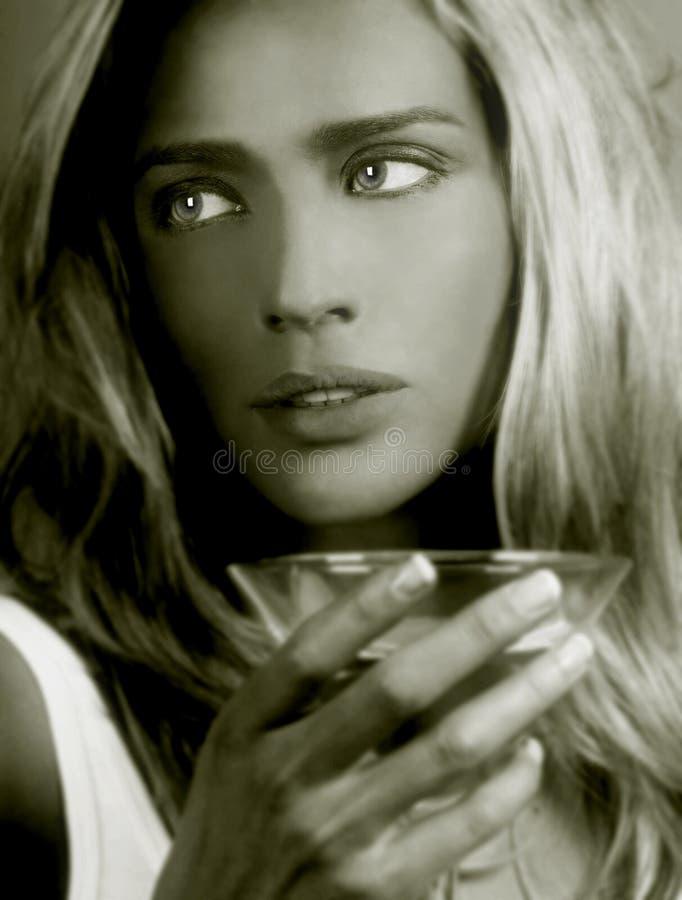 Senhora Com Um Martini imagens de stock