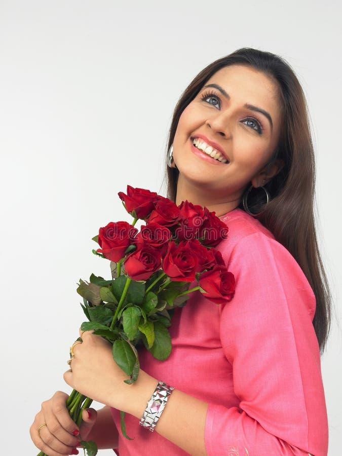 Senhora com um ramalhete das rosas imagens de stock royalty free