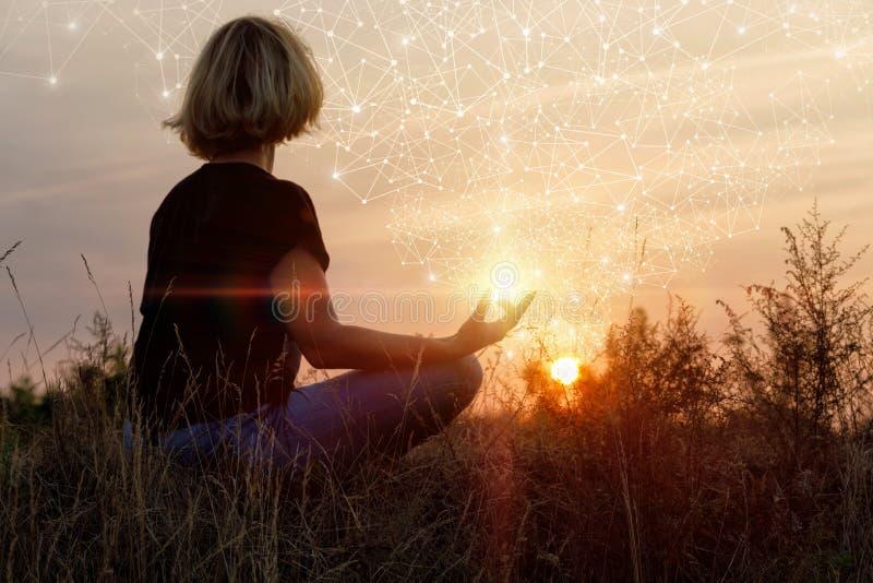 Senhora contratada na meditação imagens de stock