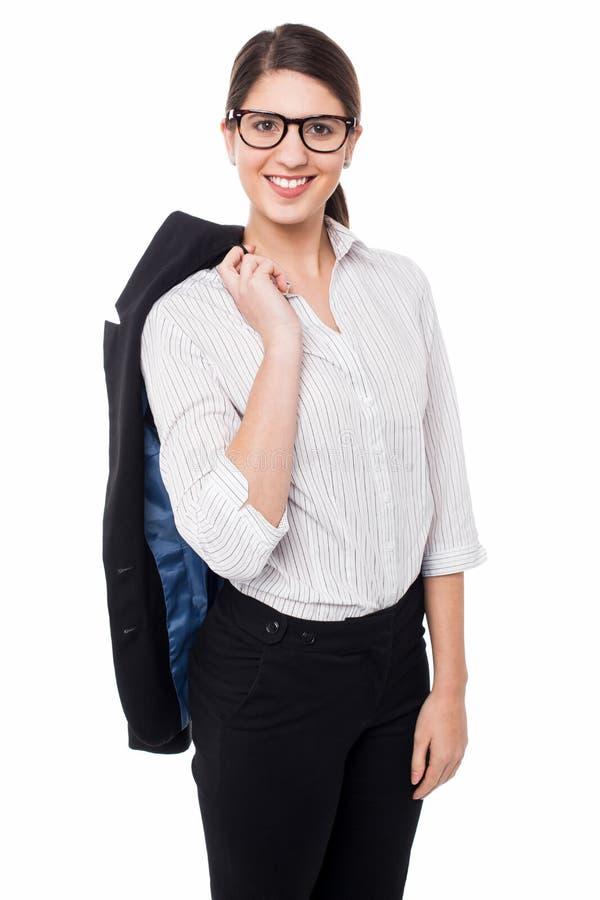 Senhora corporativa com o blazer lançado sobre seu ombro imagem de stock
