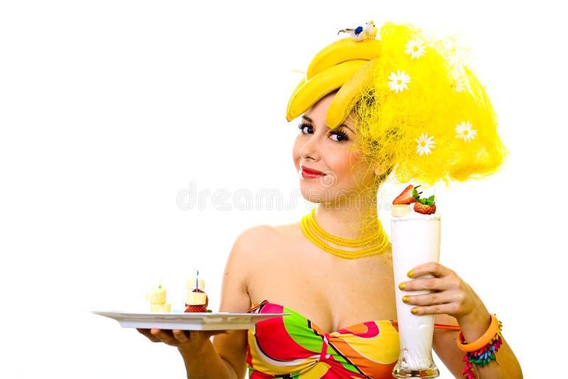 Senhora da banana com a bandeja de petiscos e de cocktail cremoso foto de stock