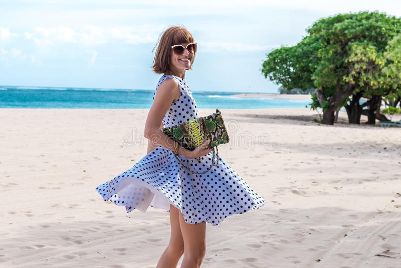 Senhora da forma estilo da praia Roupa por férias Vista com projeto à moda, saco de embreagem luxuoso do pitão do snakeskin Nusa fotografia de stock royalty free