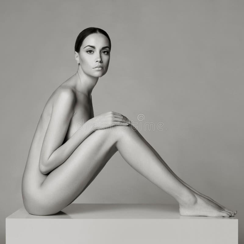 Senhora de assento elegante fotografia de stock royalty free